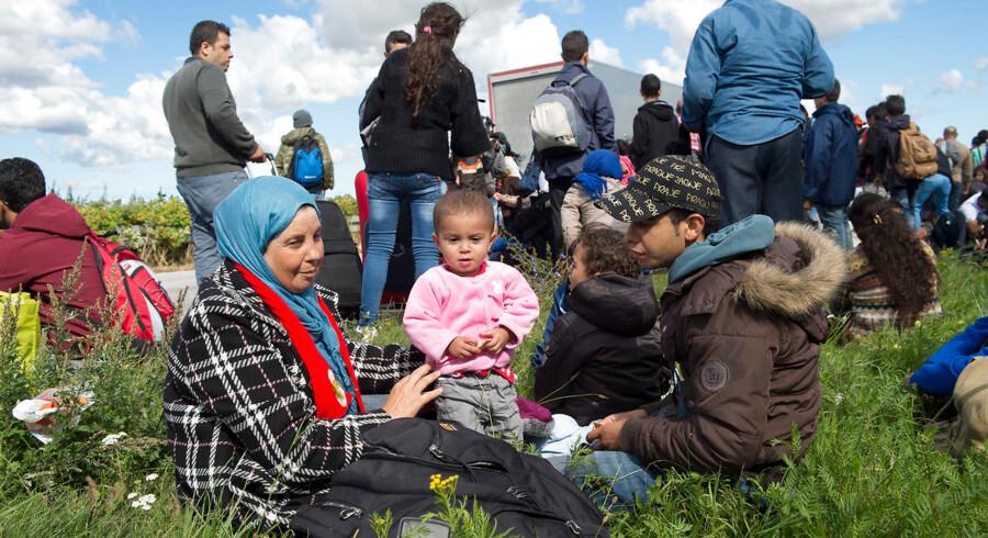 I 2018 har Danmark nået det antal indvandrere, som Danmarks Statistik havde forventet, at vi ville nå 2050. Det er 32 år tidligere end forventet. Noget af det, der kan ændre befolkningsfremskrivninger er kriser rundt om i verden. Billedet er fra Rødby og viser en gruppe flygtninge og migranter.