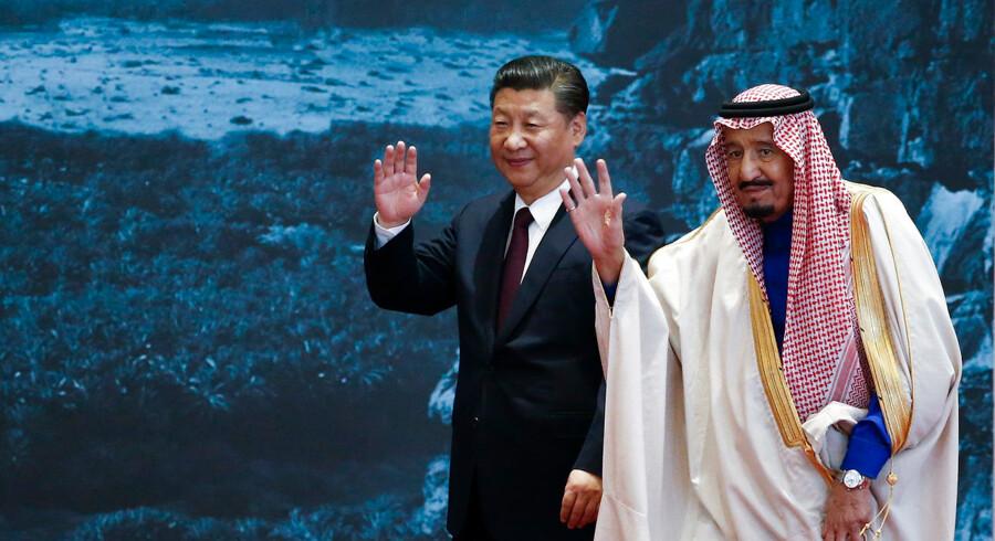 Kina øger for øjeblikket sin indflydelse i Mellemøsten, og landet er i dag den næststørste importør af saudi-arabisk olie efter USA. Her er den kinesiske præsident Xi Jinping på officielt besøg hos Saudi-Arabiens konge Salman bin Abdulaziz i 2017.