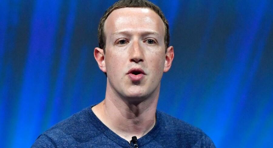 De interne e-mails, der indikerer, at Facebook har diskuteret muligheden for at modtage betaling for at videregive brugernes persondat, kommer efter, at Mark Zuckerberg i en kongreshøring i april skarpt afviste, at Facebook sælger data.