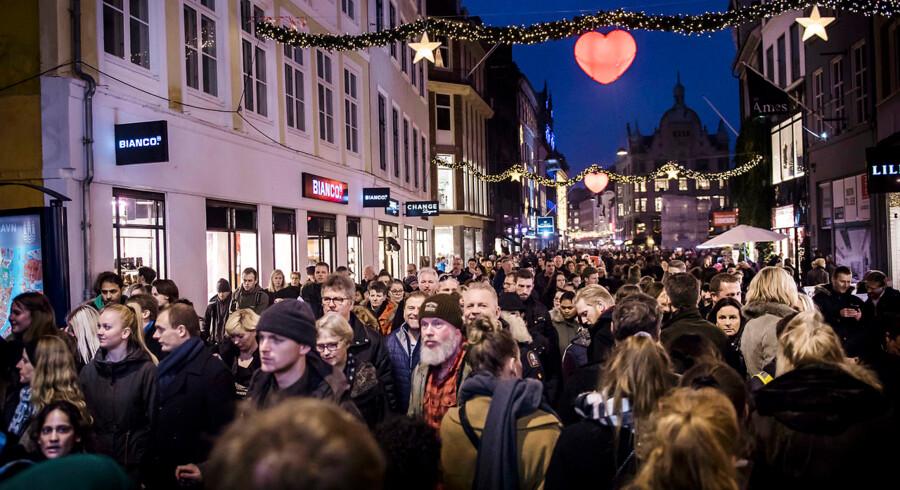 Der er udsigt til mindre juletravlhed på Strøget i København i år. Ifølge en ny undersøgelse bliver der skruet ned for julebudgetterne i Hovedstaden og Nordjylland, mens resten af landet planlægger at bruge flere penge.