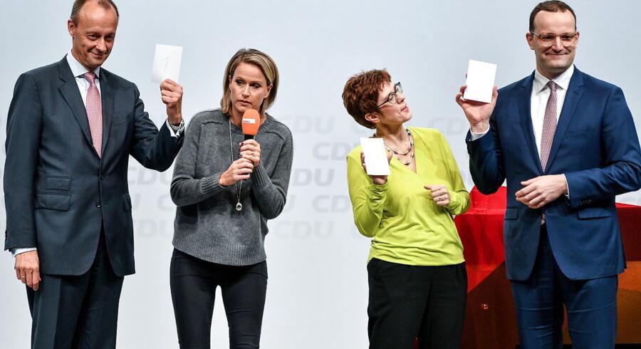Hvem skal være formand for CDU? Det spørgsmål dominerer tysk politik. Fredag løber det sidste regionalmøde af stablen i Berlin. De tre kandidater, der stadig gør sig håb om at afløse Angela Merkel, er Friedrich Merz (til venstre), Annegret Kramp-Karrenbauer (i midten i gult) og Jens Spahn.
