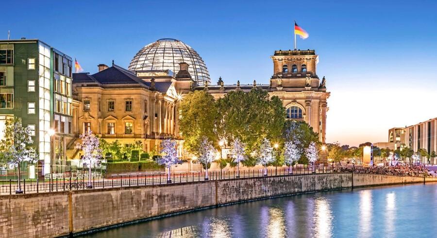 Regeringskvarteret i Berlin med Forbundsdagens karakteristiske, moderne glaskuppel som pejlemærke.