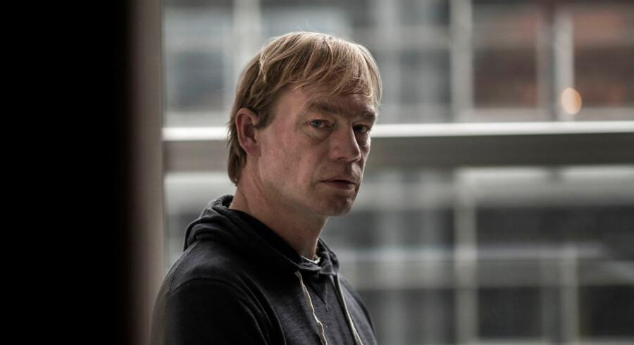 Jeppe Brixvold blev fyret fra sin stilling som rektor på Forfatterskolen med den hovedbegrundelse, at han ikke havde formået at »skabe ro« om skolen.