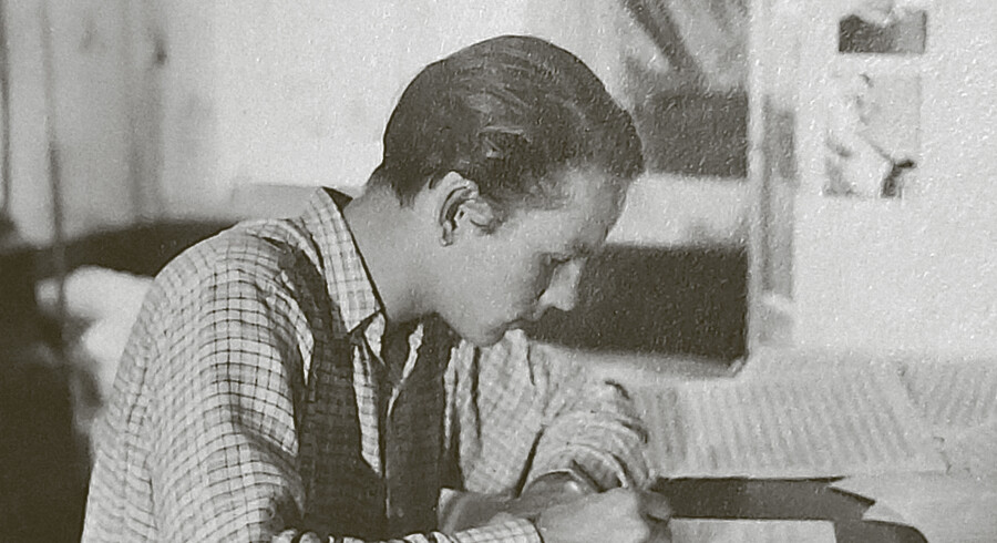 Bent Fabricius Bjerre fordybet i sine noder. Han brugte en stor del af krigen på jazz.