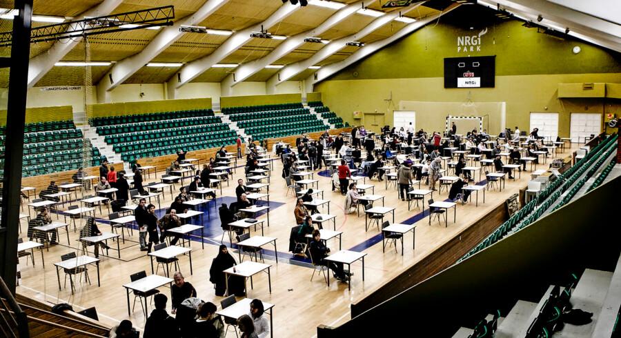 150 indvandrere var til indfødsretsprøve i den gamle stadionhal i Aarhus.