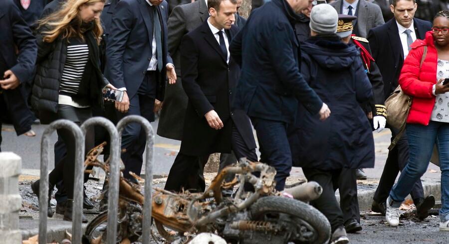 Præsident Emmanuel Macron besøgte søndag formiddag området omkring Triumfbuen i det centrale Paris, der lørdag var centrum for daglange gadekampe mellem politi og radikaliserede grupper blandt De Gule Veste.