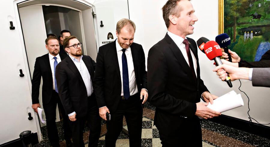 Finansminister Kristian Jensen (V) efterfulgt af Peter Skaarup (DF), Simon Emil Ammitzbøll-Bille (LA) og Rene Christensen (DF), da Regeringen og Dansk Folkeparti præsenterer Finansloven for 2019 på et doorstep ved Finansministeriet fredag den 30. november 2018. Foto: Ritzau Scanpix/Philip Davali