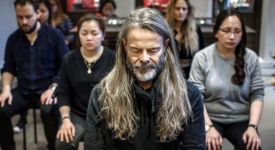 »Jeg har ikke en fast meditations- eller yogapraksis, selvom jeg gerne ville. Jeg har ikke selvdisciplinen til at overholde en særlig rutine. Men jeg bruger åndedrætsøvelser og yogastræk hver eneste dag,« fortæller Mads Kornerup