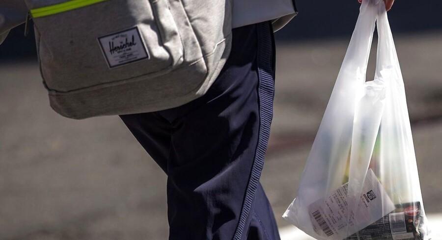 Hvis det står til regeringen, skal de tynde engangsplastikposer forbydes.