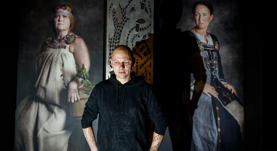 Jim Lyngvild har i samarbejdet med museumsfolk redesignet Nationalmuseets vikingeudstilling. Han har bl.a. brugt museets genstande i store fotografier, som nu er en visuel ramme om museets montrer.