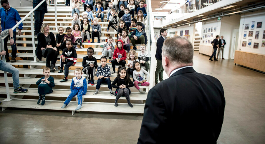 Statsminister Lars Løkke Rasmussen var i foråret på besøg på Holbæk By Skole forud for præsentationen af en ny national naturvidenskabsstrategi, men det kniber med at få uddannede lærere til at undervise på skoler uden for de største byer. Arkivfoto: Mads Claus Rasmussen/Scanpix