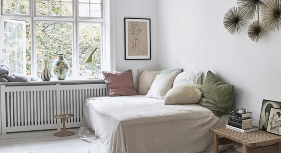 Rikke Rasmussen vil helst omgive sig med ting, der betyder noget for hende, og som har en lang holdbarhed. Hendes soveværelse rummer noget af hendes samling af gamle Kähler-vaser, et gammelt Børge Mogensen-sidebord og en vintage vægskulptur af Curtis Jere.