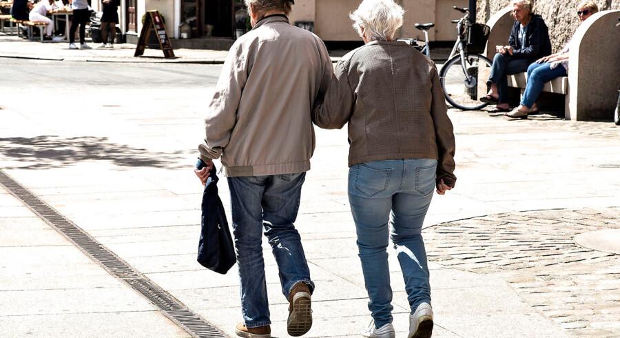 (ARKIV) Et pensionistpar arm i arm i Aalborg den 24. maj 2017. 40-årige danskere, der har 28 år til pension, kan efter den seneste finanslovsaftale se frem til op mod 17.000 kr. ekstra årligt i folkepension.