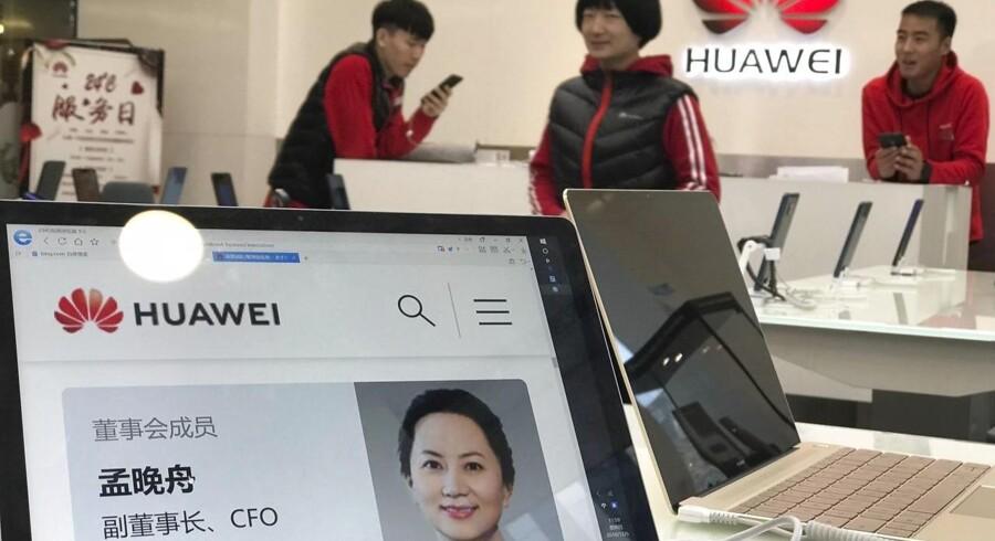 Meng Wanzhou er blevet anholdt i Canada og kræves nu udleveret til USA. Her ses hun på en computerskærm i en Huawei-butik i Beijing.