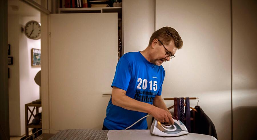 24 timer i København: 06-07. Kl. 06.59. Overborgmester Frank Jensen stryger dagens skjorte. Hans eget ur er et minut foran. Det kan han godt lide.