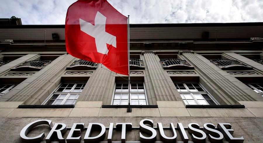 Det schweiziske flag vajer foran Credit Suisses filial i Bern. Nogle af bankens lyssky kunder modtog penge fra Danske Banks skandaleramte estiske filial.