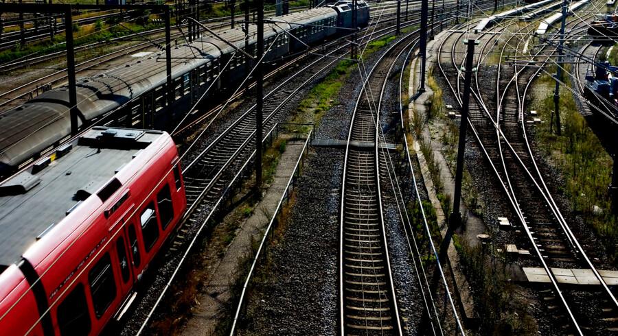 S-togs-linje A har holdt stille mellem klokken 10 og 14 i dag. Politiet stoppede togene for at lede efter spor efter den eller de gerningsmænd, der begik omfattende hærværk på togkabler natten til mandag.