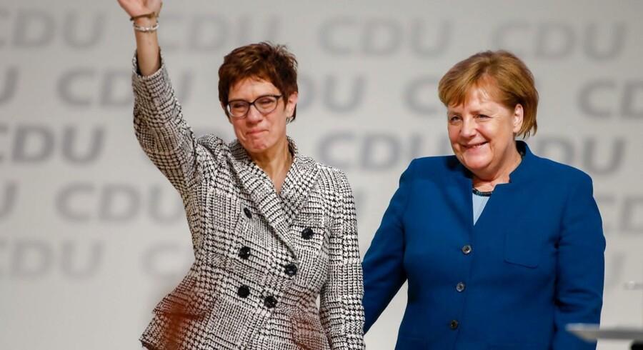 Annegret Kramp-Karrenbauer (tv) overtager posten som formand for CDU i Tyskland efter Angela Merkel. Der venter hende en lang række store udfordringer. (Photo by Odd ANDERSEN / AFP)