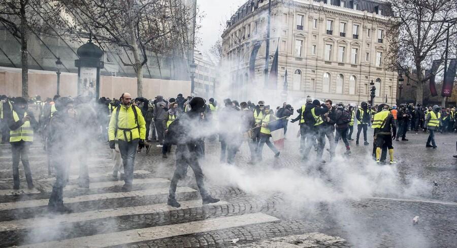 Protestbevægelsen Gule Veste demonstrerer omkring Triumfbuen i Paris. Den franske nationalsang lyder, mens tåregasgranater bliver skudt afsted fra et presset fransk politi.