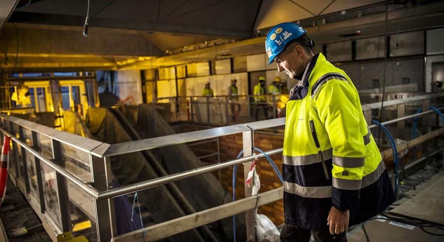 Arkitekt Jesper Malmkjær fra Metroselskabet går detaljerne igennem på den nye Enghave Plads Station.