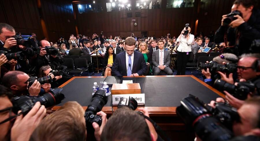 10. april måtte Mark Zuckerberg, Facebooks CEO, forklare sig foran det amerikanske senat. 2018 var året, hvor Facebooks flinkfyrs-image krakelerede efter en række skandaler om datalæk og bevidst spredning af »fake news« om navngivne personer.