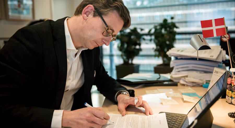 Skatteminister Karsten Lauritzen (V) i gang med at underskrive breve til de 100 selskaber, der betalte mest i selskabsskat i 2017.
