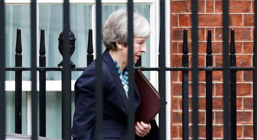 Premierminister Theresa May på vej fra sin emebdsbolig i 10 Downing Street og til parlamentet for at orientere om, hvorfor hun har udsat afstemningen om sin skilsmisseaftale på ubestemt tid - og hvorfor hun tror, at hun kan få noget ud af fortsatte forhandlinger med EU.