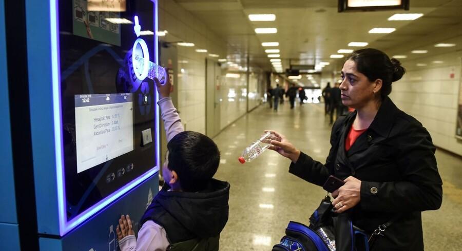 En dreng og hans mor putter plasticflasker i en automat ved en af Istanbuls metrostationer for at få flere penge ind på rejsekortet. Tyrkiet er med sine 80 millioner indbyggere blandt verdens værste forurenere i verdenshavene.