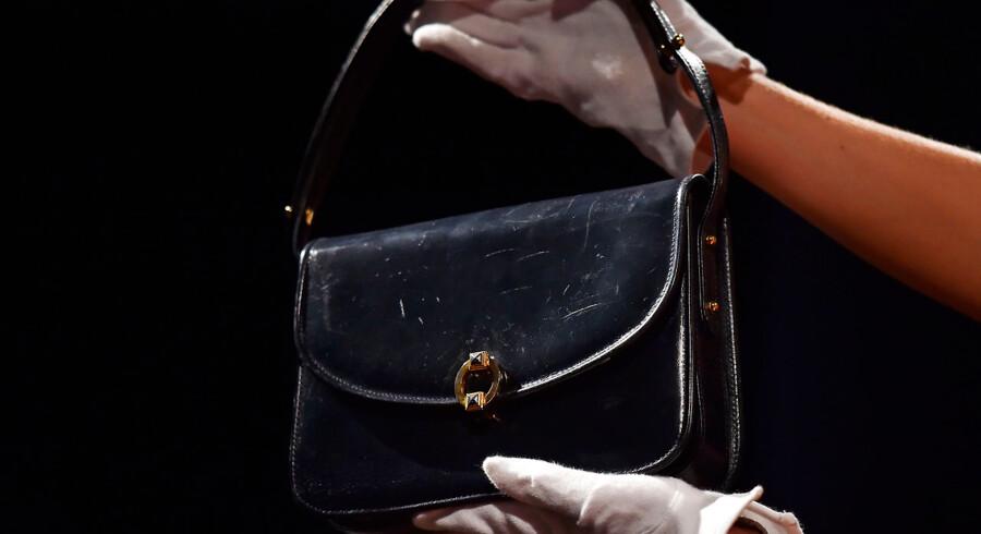 Meget af opmærksomheden på EU-topmødet torsdag-fredag vil samle sig om premierminister Theresa Mays håndtaske. Ministre i Storbritannien har ophøjet topmødet til Theresa Mays »håndtaske-øjeblik.« Intet tyder dog på, at Mays håndtaske vil kunne udløse samme frygt hos stats- og regeringscheferne som Margaret Thatchers. Håndtasken blev decideret kult – og senere solgt på auktion.