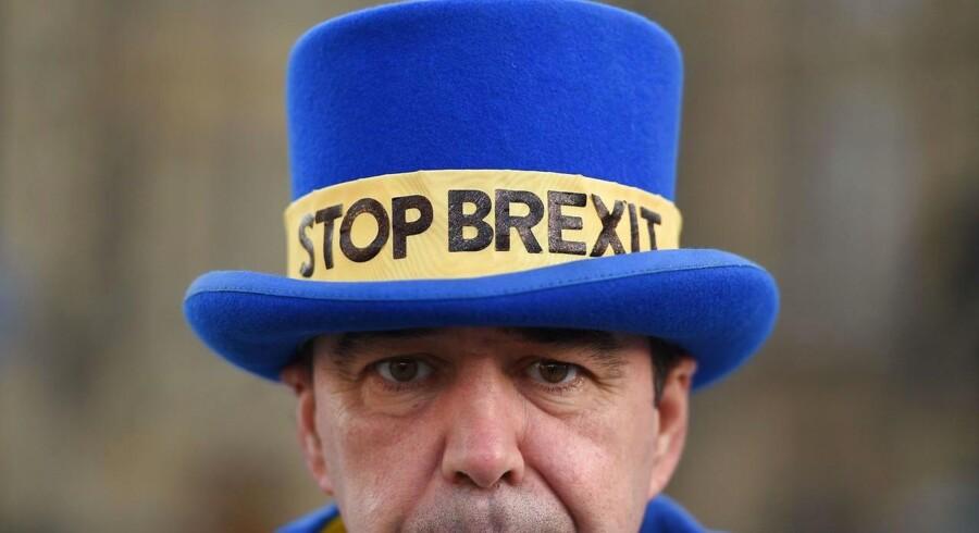 Dagens taber er Theresa May, som er på en ydmygende tur rundt i EU-hovedstæderne for at tigge om indrømmelser. Dagens vinder er bl.a. anti-Brexit aktivisten Steve Bray (billedet), som nu har øget sine chancer for at stoppe Brexit.