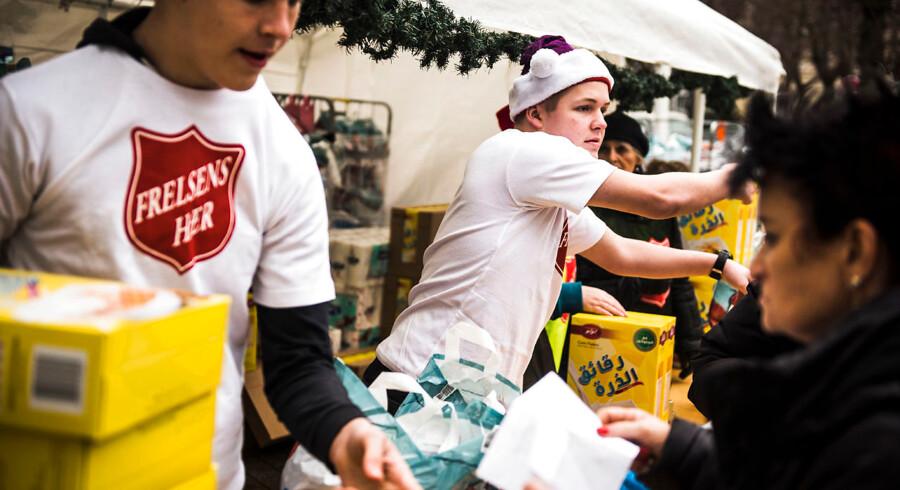 Flere organisationer, blandt andet Frelsens Hær, deler julehjælp ud til danskerne. I år melder en række organisationer om rekordmange ansøgninger om julehjælp.