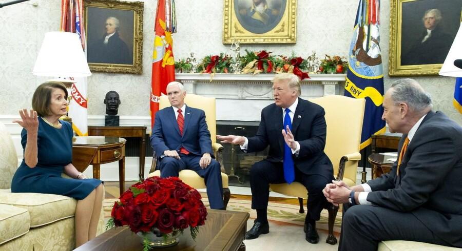 Et møde i Det Ovale Kontor udviklede sig til et melodrama for rullende TV-kameraer. Fra venstre Nancy Pelosi fra Repræsentanternes Hus (D-CA), vicepræsident Mike Pence, præsident Donald Trump og senator Chuck Schumer (D-NY).