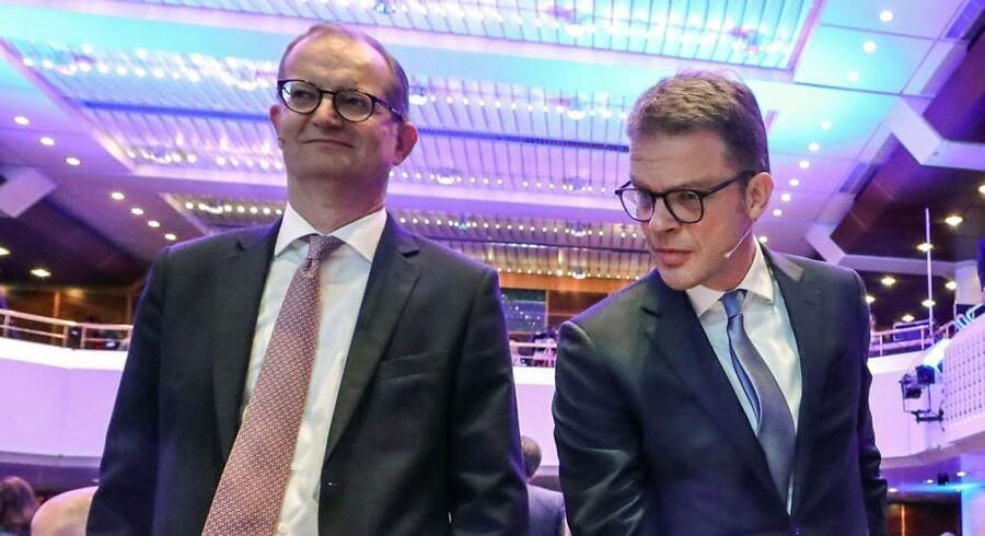 Deutsche Banks topchef, Christian Sewing (t.h.), ses her med Commerzbank-kollegaen Martin Zielke under den årlige bankkongres i Frankfurt i november 2018. Der er voksende spekulation om, at de to tyske storbanker vil ende med en fusion, efter at det tyske finansministerium har udtrykt bekymring over den tyske banksektor. Commerzbank har været delvist statsejet siden finanskrisen.