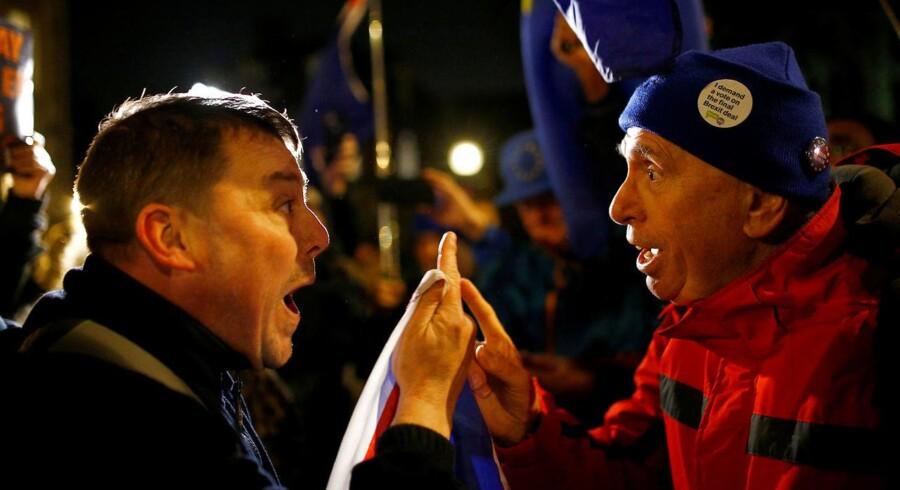 Situationen i Storbritannien fortalt af to aktivister – den ene for Brexit, den anden imod – i de tidlige morgentimer foran Parlamentet i London.