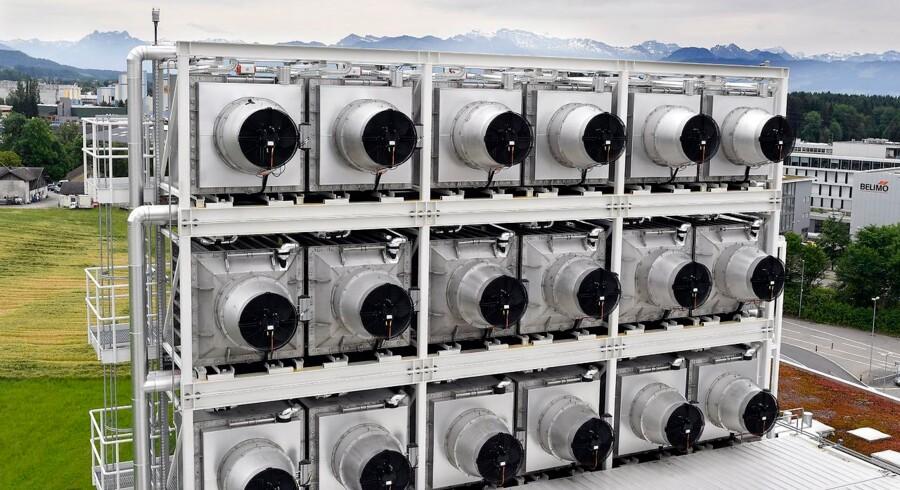 Her står Climeworks store luftfangere og bortfiltrerer luftens CO2, som derefter omdannes til vedvarende kunstgødning i store drivhuse.