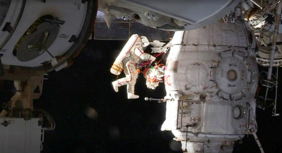 Rummet er for alvor ved at blive militariseret – her dog et billede af et mere civilt projekt; den internationale rumstation ISS, hvor den russiske kosmonaut Oleg Kononenko foretager en reparation.