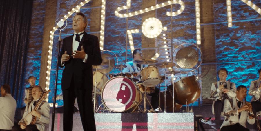 Bryan Ferry har en birolle i »Babylon Berlin«, hvor han optræder på natklubben Moka Efti med sit orkester.