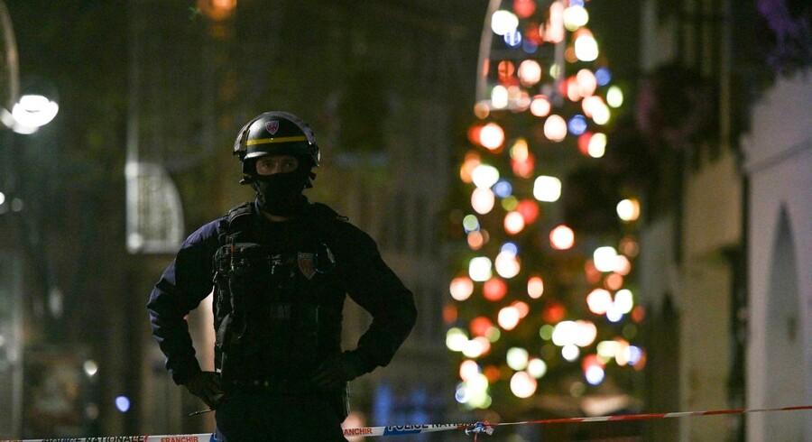 En politimand patruljerer i Rue des Grandes Arcades i Strasbourg, efter en attentatmand skød og dræbte tre og sårede yderligere 13. Angrebet skete på byens traditionsrige julemarked. Foto: SEBASTIEN BOZON/AFP