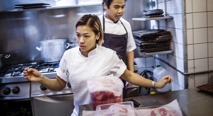 24 timer i København: 13-14. Klokken 13.45.45: Sai træder et skridt tilbage og lader køkkenchefen på den københavnske Michelin-restaurant Kiin Kiin, Dak Wichangoen, komme forbi. Alle har travlt med at få smagene på plads til aftenens menu.