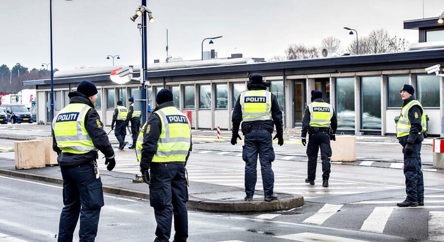 Fra januar 2016 til august 2017 har den danske grænsekontrol kostet 275 mio. kr. Indsatsen har krævet 1.101.950 arbejdstimer. Timerne er hentet ved at omprioritere politiets ressourcer, og det er gået ud over borgerne, for i samme periode er der brugt færre timer på opklaring af grov kriminalitet, hærværk og tyveri. Arkivfoto: Bax Lindhardt/Ritzau Scanpix