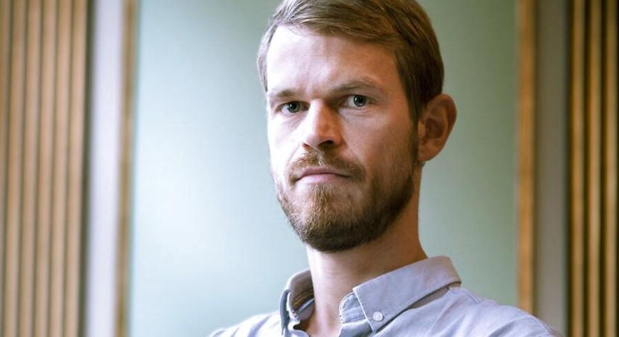 Psykologiprofessor Svend Brinkmann er blevet kaldt en »idiot« efter en joke om kriminelle politikere. Selv fastholder den populære forfatter, at det må være i orden at spøge om politikere. Også selvom det ikke er elegant.