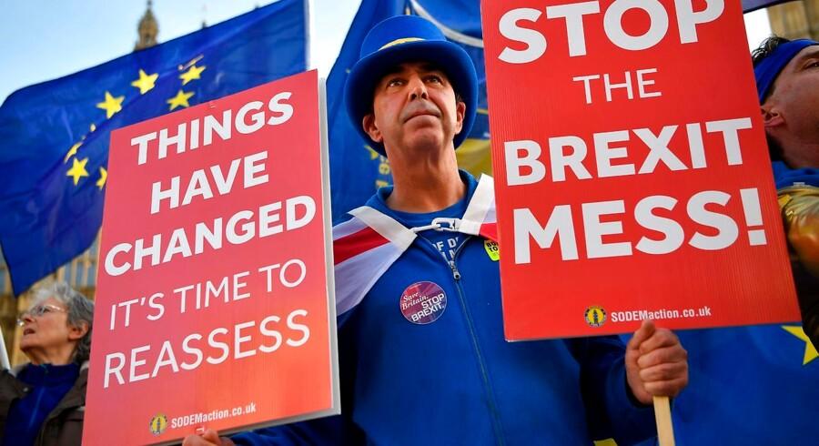 Er briterne rundt på gulvet eller stiller vi for store krav til folkeafstemninger? Det britiske kaos viser, at folkeafstemninger kan være en svær størrelse, særligt når der skal vælges mellem to alternativer – uden variationsmuligheder. Foto: Ben Stansall/Ritzau Scanpix