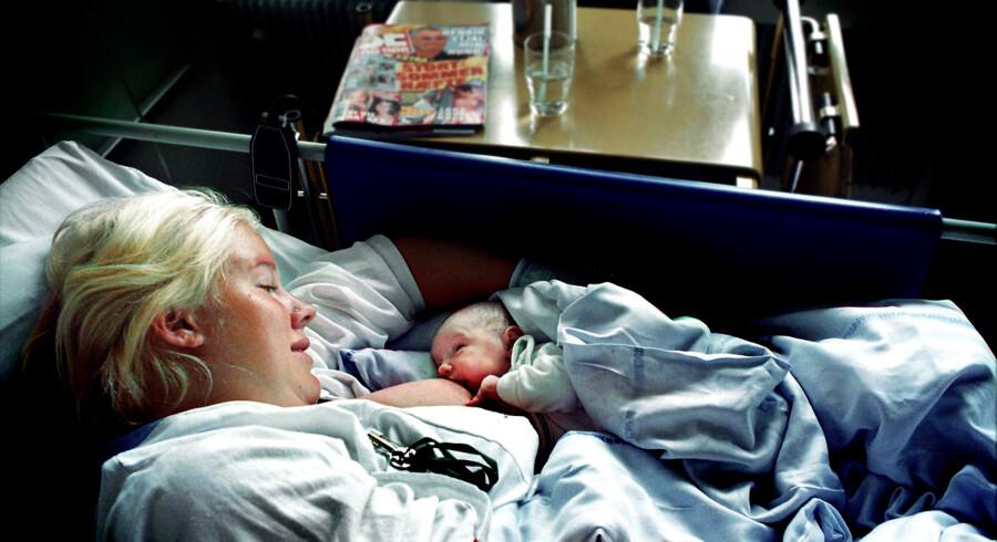 Når Rigshospitalets barselshotel lukker 17. december skal alle med en ukompliceret fødsel nemlig smække lårene sammen og transportere sig selv og den nyfødte hjem senest fire timer efter levering. Arkivfoto: Linda Kastrup
