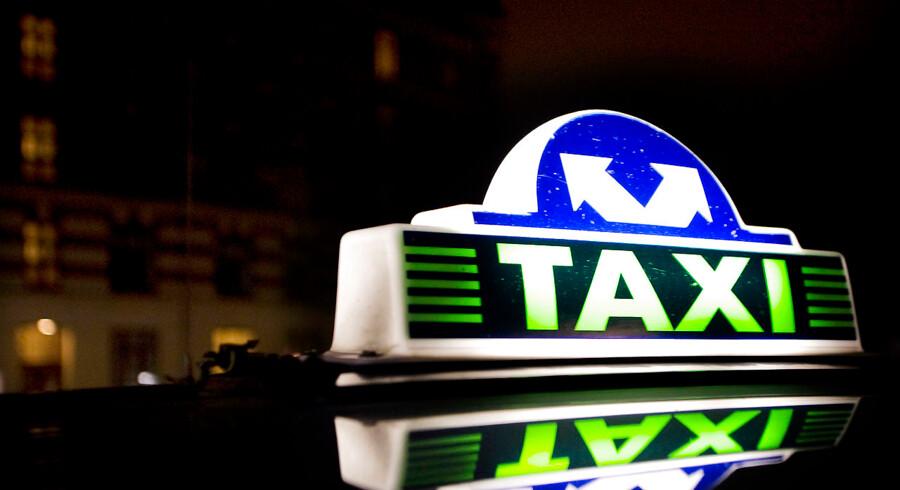 En tur i taxa kan ofte være en ubehagelig oplevelse med vild kørsel, en chaufførs personlige telefonsamtale, cigaretrøg og beskidte biler. Stoltheden i taxabranchen er væk. Arkivfoto: Benita Marcussen/Ritzau Scanpix