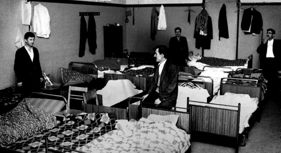 De første kom hertil som gæstearbejdere i 1970'erne fra Tyrkiet og Pakistan. I dag viser en rapport, at deres børnebørn i Danmark stadig ikke har knækket integrationskoden. Arkivfoto af tyrkiske arbejdere i en lejlighed i Ribe. Foto: Ritzau / Scanpix