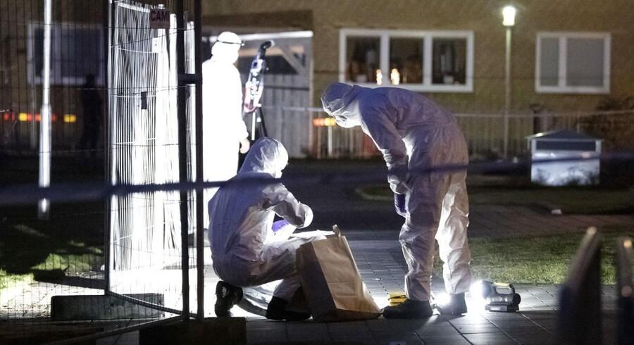 Både i denne weekend og i sidste weekend har der været bombeeksplosioner i Malmø. Billedet er fra sidste weekend og viser kriminalteknikere i gang med at sikre spor.