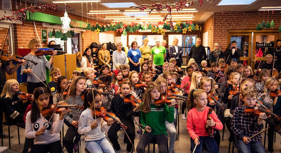 Ikke færre end 84 unge musikere fra Hvinningdalskolen i Silkeborg akkompagnerede, da kulturminister Mette Bock mandag offentliggjorde sin nye fireårs musikhandlingsplan.