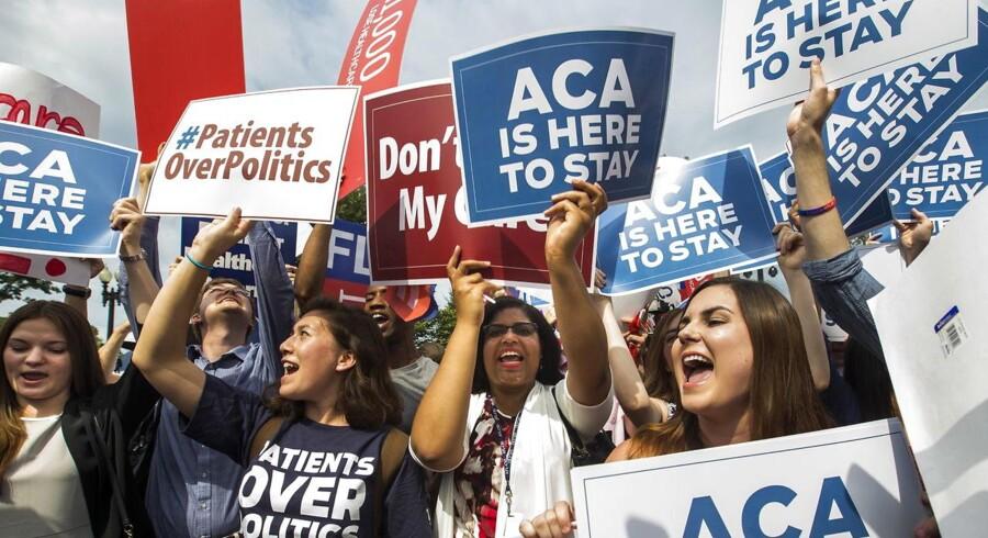 »Patienter over politik,« står der på demonstranters skilte. Protesterne er massive, efter at en føderal dommer i Texas har kendt ACA (Affordable Care Act), bedre kendt som Obamacare, i strid med forfatningen.