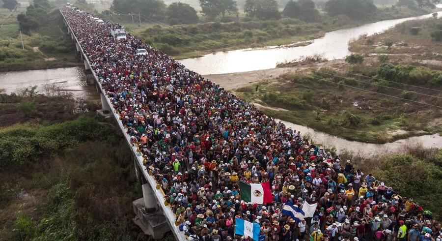Luftbillede af migranter fra Hunduras på vej op gennem det sydlige Mexico med retning mod USA. Den mexikanske præsident vil presse USA til at være med til at finansiere. (Arkivfoto)