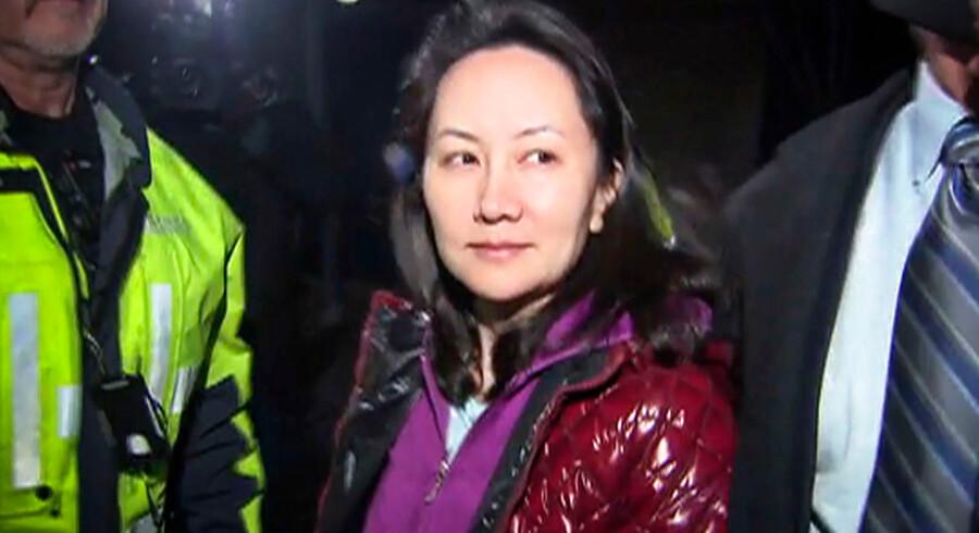 Finansdirektøren for den kinesiske telegigant Huawei, Meng Wanzhou, forlader retten i Vancouver efter at være blevet løsladt mod kaution. USA har anmodet Canada om at udlevere Meng, fordi hun mistænkes for at have overtrådt de amerikanske sanktioner mod Iran.